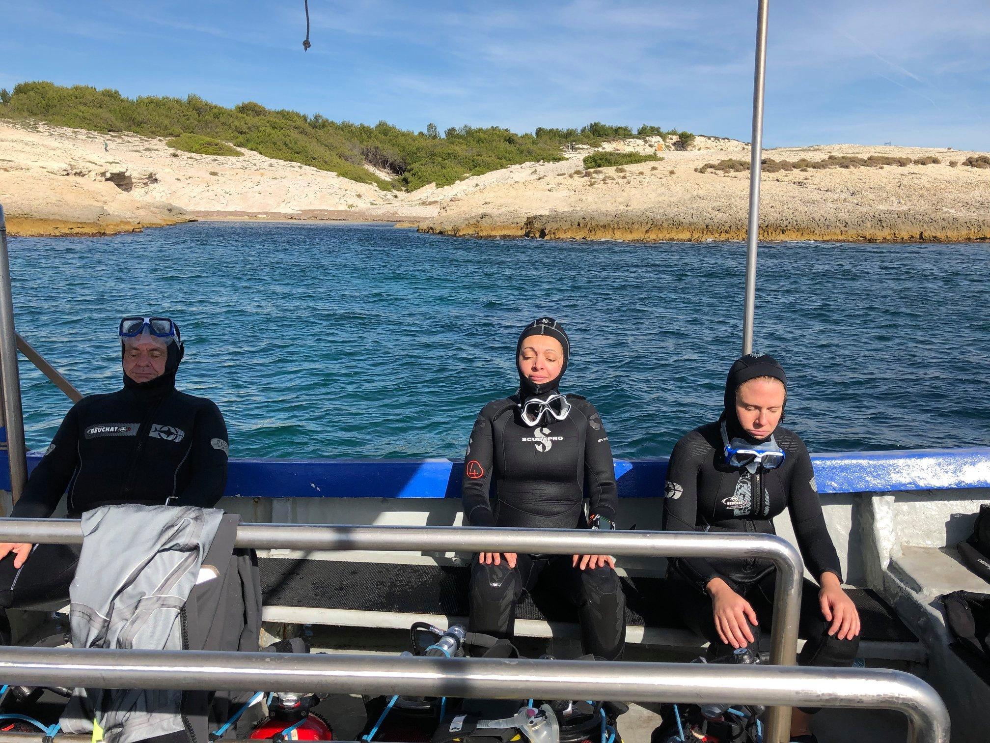 Séance de préparation mentale sur le bateau juste avant la plongée.